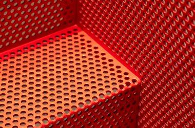 Czerwone, stalowe schody z bliska